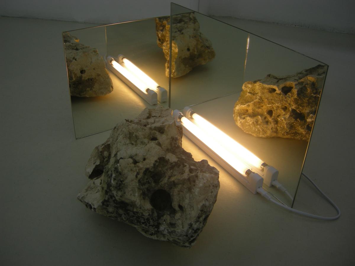 Elena Bajo, Envoi 4, 2010, stone of Trani, mirrors, neon lamp